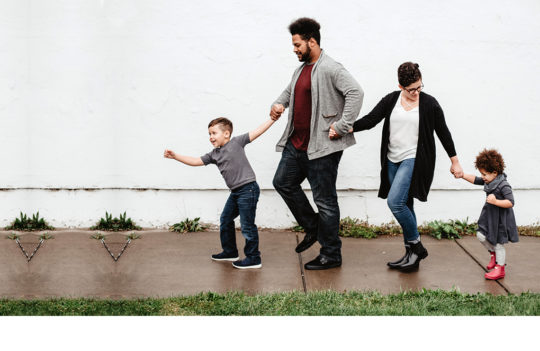 Familia walking